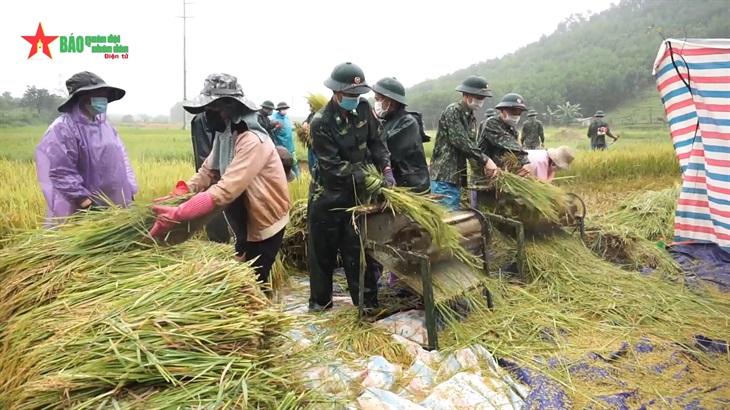 Sát cánh cùng nhân dân biên giới phòng, tránh mưa bão