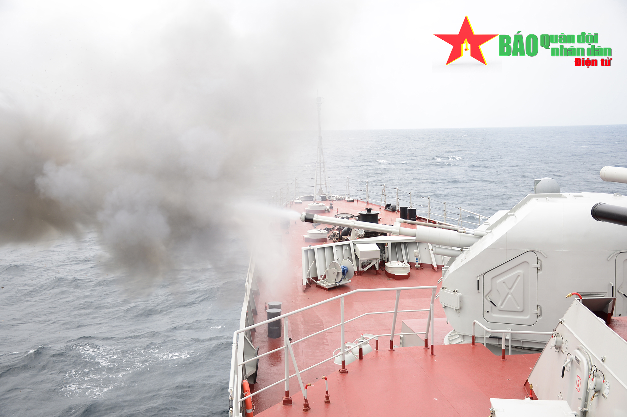 Pháo thủ Hải quân khai hỏa trên sóng dữ