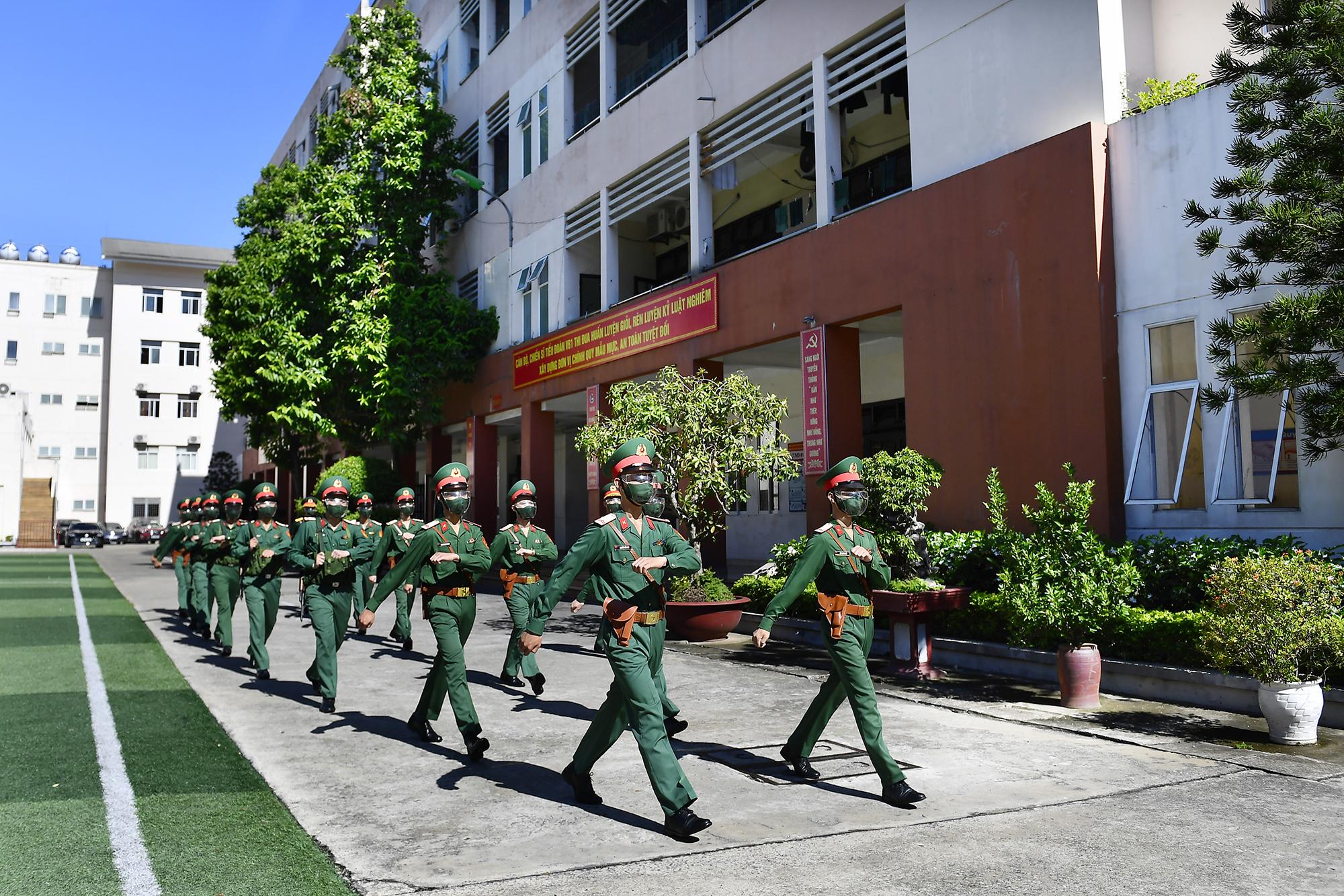 Chiến sĩ vệ binh thực hiện nhiệm vụ trong mùa dịch