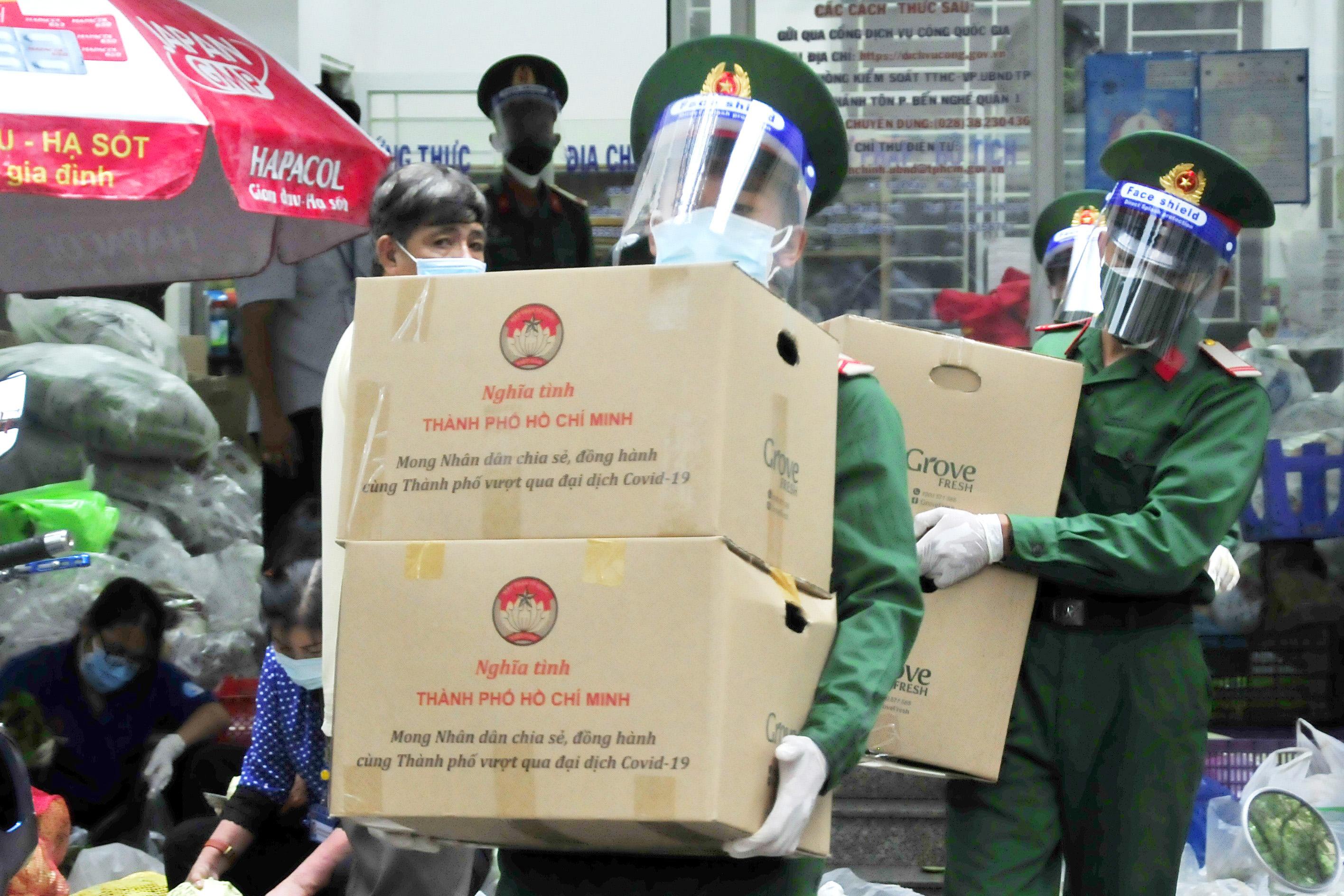 Bộ đội tận tình hỗ trợ người dân nơi tâm dịch