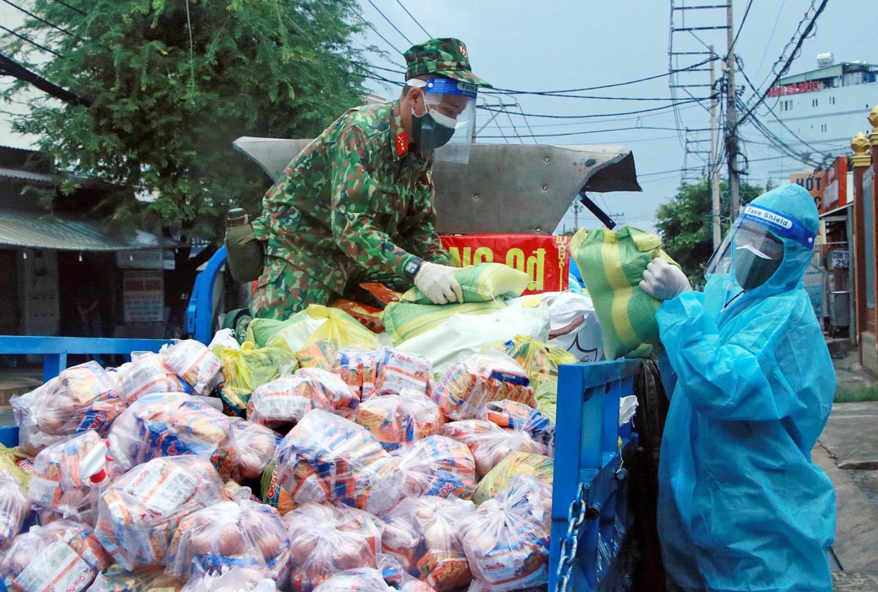 Bộ đội hỗ trợ các địa phương phòng, chống dịch