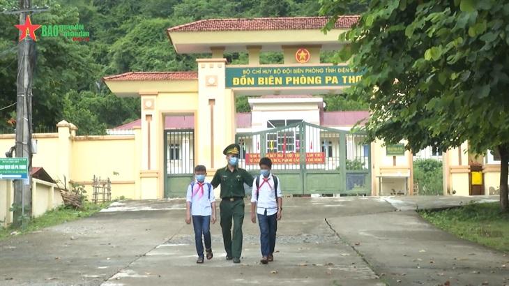 Bộ đội Biên phòng đồn Pa Thơm cùng em đến trường