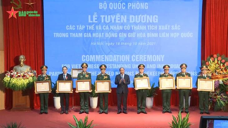 Chủ tịch nước Nguyễn Xuân Phúc trao Huân chương Bảo vệ tổ quốc cho Cục Gìn giữ hòa bình Việt Nam