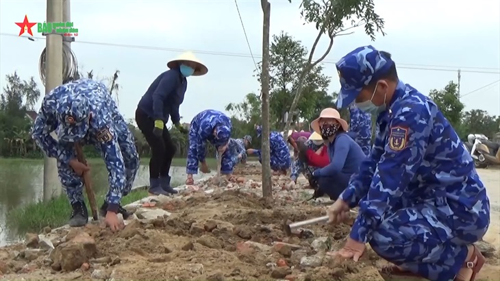 Vùng Cảnh sát biển 1 giúp nhân dân Hà Tĩnh xây dựng nông thôn mới