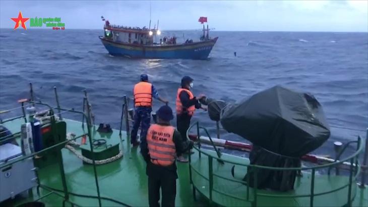 Vùng Cảnh sát biển 1 cứu kéo thành công tàu cá Nghệ An gặp nạn trên biển