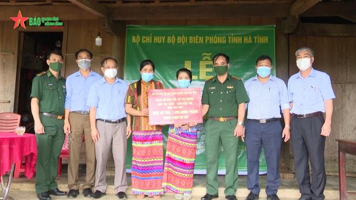Nữ sinh viên người dân tộc Chứt đầu tiên của bản Rào Tre được Bộ đội Biên phòng nhận đỡ đầu